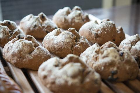パティシエの経験を持つオーナーがつくるパンは早朝から大人気。[ブランジェリー モノガタリ]