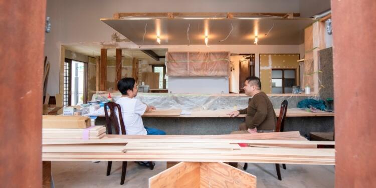 改装中の『喫茶八蔵』新店舗で、会長である泉さんと副会長理事兼務の梁川さんに、存分に語ってもらった。